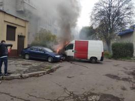 На улице Воздушной в Калининграде загорелись фургон и легковушка