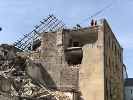 Опасные путешествия детей по разрушенному зданию рядом с Кройц-аптекой