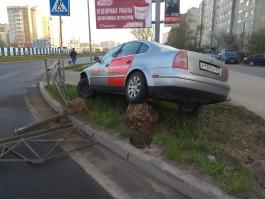 На Сельме автомобиль такси пробил ограждение и вылетел на газон
