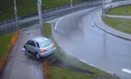 В Калининграде «Лексус» снёс дорожный знак и вылетел на тротуар