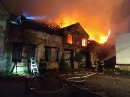 На Правой набережной в Калининграде сгорела крыша немецкого дома