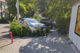В Калининграде автомобиль ДПС вылетел на клумбу после столкновения с «Рено»