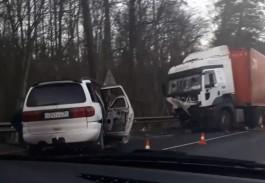 «Смяло аж до задних сидений»: очевидцы сообщают о серьёзном ДТП с фурой в районе Талпаков