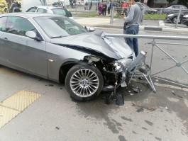 На Горького в Калининграде БМВ после аварии вылетел на тротуар на пешеходном переходе