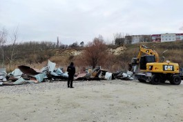 В Янтарном снесли гаражи и кафе на парковке возле слипа для дайверов и рыбаков