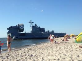 На пляж в Мечниково вышел десантный корабль «Евгений Кочешков»