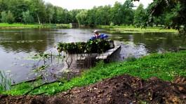 В Зеленоградске начали чистить озеро в городском парке