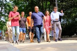 «Беспокойные скамейки и пересадка пня»: как Кропоткин проверял ремонт дворов в Калининграде