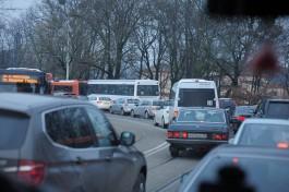 На улице Черняховского в Калининграде из-за сломавшейся машины образовалась пробка