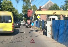 У «Фольксвагена» оторвало часть крыши после ДТП с краном возле Нахимовского училища
