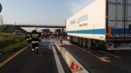 После столкновения двух грузовиков трассу в Польше залило молоком