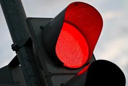 В Калининграде грузовик задел пенсионерку, которая переходила дорогу на красный свет