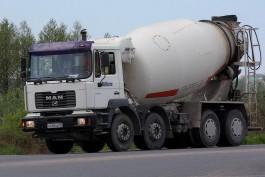 В Калининграде водитель бетономешалки помог потушить горящий кроссовер