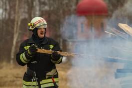 В Пионерском 12 пожарных тушили двухэтажный жилой дом