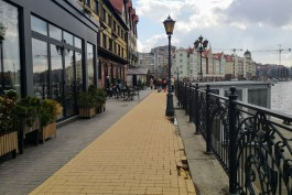 """«""""Гуляющая"""" плитка, провалы и трещины»: как разрушается тротуар на набережной Рыбной деревни в Калининграде"""