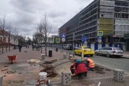 В Калининграде ремонтируют плитку и клумбы на пешеходной зоне улицы Баранова