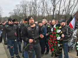 Байкер Хирург возложил цветы к мемориалу 1200 гвардейцам в Калининграде