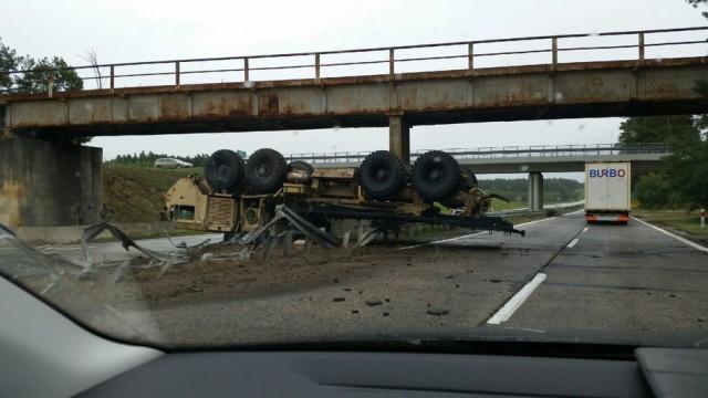 ВПольше перевернулся грузовой автомобиль с североамериканскими бойцами