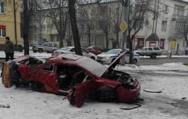 На улице Батальной машина на скорости врезалась в деревья и вылетела на тротуар: есть погибший