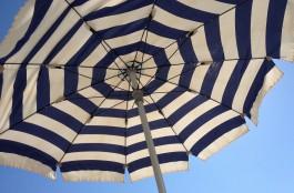 На берегу озера в Калининграде мужчина избил подростка пляжным зонтом