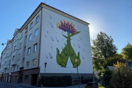 «Зелёные лица, ладони и цветок»: на доме у Драмтеатра в Калининграде появился необычный мурал