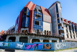 На променаде в Зеленоградске планируют демонтировать недостроенную гостиницу