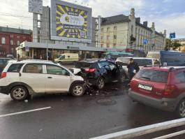 На площади Победы в Калининграде столкнулись четыре автомобиля и маршрутка: есть пострадавшие
