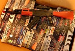 Калининградские таможенники задержали 500 поддельных игрушечных автоматов Калашникова из Китая