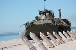 Военнослужащие Балтфлота начали отрабатывать вождение бронетранспортёров на плаву