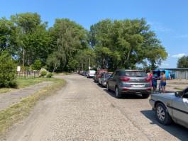 На Балтийской косе более ста автомобилей скопились в очередь на паромную переправу