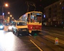 На Советском проспекте внедорожник на полном ходу врезался в трамвай из-за отвалившегося колеса
