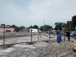 На месте промтоварного рынка в центре Калининграда устанавливают забор для строительства ТРЦ