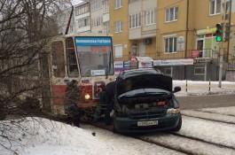 На Фестивальной аллее в Калининграде трамвай протаранил автомобиль