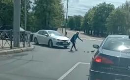 На Гвардейском проспекте в Калининграде семья уток остановила движение транспорта