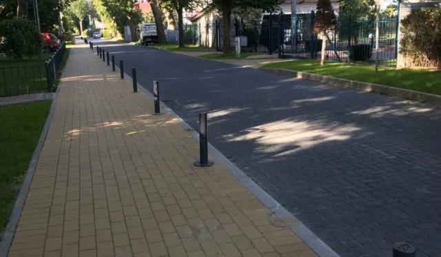 На трёх улицах Зеленоградска установили 350 противопарковочных столбиков