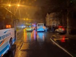 На улице Кутузова в Калининграде столкнулись рейсовый автобус и легковушка: пострадали три человека