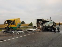 В Гусевском округе лоб в лоб столкнулись два микроавтобуса: погибли оба водителя