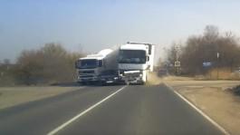 На Окружной в Калининграде столкнулись две грузовые машины и легковушка