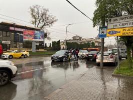 На Черняховского Uber протаранил «Яндекс.Такси»: заблокировано движение трамваев