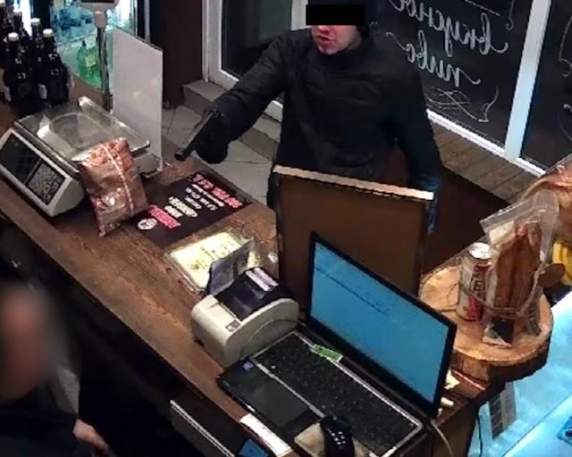 Преступник спистолетом грозил девушке-продавцу вмагазине