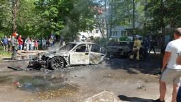 Во дворе на ул. Хмельницкого в Калининграде сгорел БМВ, огонь повредил «Мерседес»