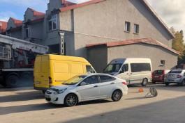 На улице Нарвской в Калининграде «Хёндай» сбил женщину с ребёнком на электросамокате