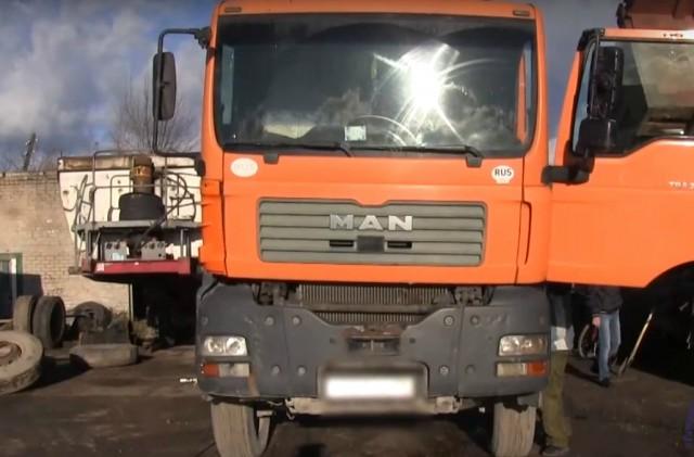 Полицейские нашли водителя грузовика, который ехал по Окружной без двух задних колёс (видео)