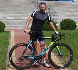 Велогонщик Павел Комоцкий получил от «Автотора» новый велосипед мирового класса