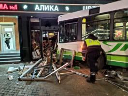 В аварии с автобусом в центре Калининграда пострадали продавец магазина и двое прохожих
