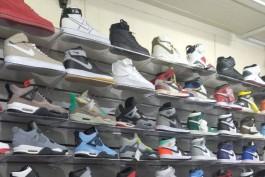 В ТЦ на Баранова в Калининграде нашли более 1000 кроссовок без маркировки