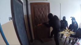 В Светлом бойцы ОМОН штурмом взяли квартиры троих наркоторговцев