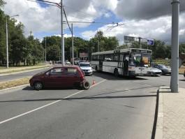 На площади Василевского в Калининграде у «Дэу Матиз» оторвало колесо после аварии с автобусом