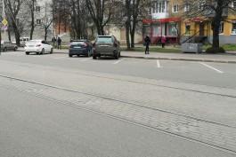 На трамвайных путях на улице Багратиона в Калининграде просела уложенная осенью плитка