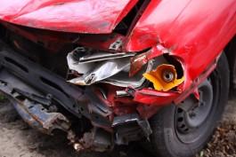 В Центральном районе водитель на «Мерседесе» повредил сразу несколько припаркованных машин